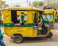 Vieux pousse-pousse de Tuk Tuk à Delhi au cours de la journée Photo stock