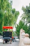 Vieux pousse-pousse traditionnel chinois sur le pont de Jinding chez Shichahai dans Pékin, Chine photos stock