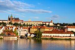 Vieux Prague de l'autre côté de rivière de Vlata Photos stock