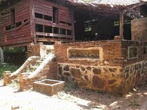 Vieux presbytère d'effondrement dans le vieux templein thaïlandais la soirée, Songkhla, Thaïlande Image stock