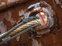 Vieux presque déchirés embarquent des cordes sur l'épave de bateau de pêcheur Photo libre de droits