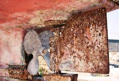 Vieux propulseur de vis dans le bateau rustique Images stock