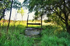 Vieux puits abandonné Photographie stock libre de droits