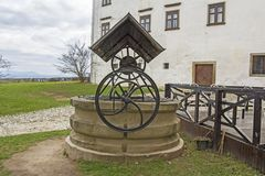 Vieux puits d'eau avec la poulie dans Ptuj photos libres de droits