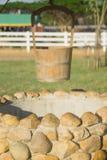 Vieux puits d'eau avec la poulie et le seau images stock
