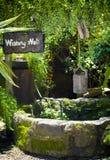 Vieux puits d'eau avec le seau Photos libres de droits