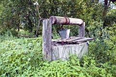 Vieux puits d'eau de campagne Image libre de droits
