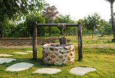 Vieux puits d'eau de campagne images libres de droits