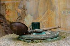 Vieux puits d'eau de désert et instruments potables Photo stock