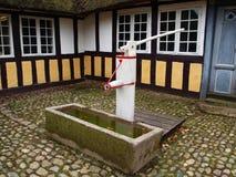 vieux puits d'eau de pompe Images stock