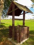 Vieux puits d'eau en bois photographie stock libre de droits