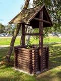Vieux puits d'eau en bois images libres de droits