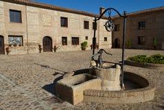 Vieux puits d'eau en pierre photo libre de droits