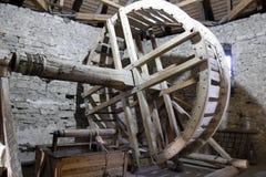 Vieux a puits d'eau fait des maîtres de Kam'yaneckoy Image stock