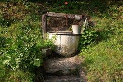 Vieux puits d'eau. paysage rural image libre de droits