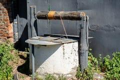 Vieux puits d'eau situé dans le village pendant le jour d'été ensoleillé lumineux images libres de droits