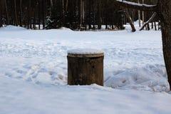 Vieux puits dans le pré d'hiver dans la forêt photographie stock