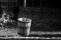 Vieux puits rural de seau photo stock