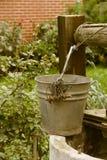 Vieux putréfié puits d'eau, paysage rural Image libre de droits
