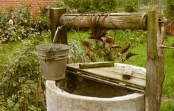Vieux putréfié puits d'eau, paysage rural Images stock
