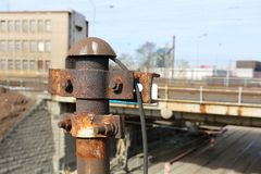 Vieux pylônes inutilisés rouillés de l'électricité Images libres de droits