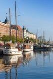 Vieux quai de ville de Helsinki avec les bateaux de navigation amarrés Image stock