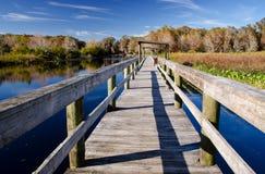 Vieux quai sur un lac d'eau douce, la Floride Image libre de droits