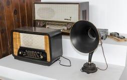 Vieux récepteurs radioélectriques Objets exposés de musée Images stock