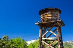 Vieux réservoir d'eau en bois Photographie stock