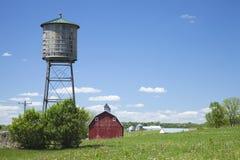 Vieux réservoir de l'eau et grange rouge en Iowa rural images libres de droits