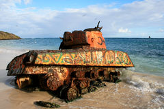 Vieux réservoir rouillé sur la plage au Porto Rico Images stock