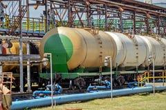 Vieux réservoirs de carburant ferroviaires sur la station Photos libres de droits