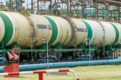 Vieux réservoirs de carburant ferroviaires sur la station Photo stock