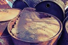 Vieux réservoirs de carburant qui s'étendent totalement Image libre de droits