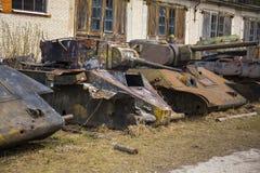 Vieux réservoirs soviétiques détruits Images libres de droits