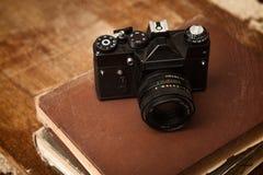 Vieux rétro appareil-photo avec la photo sur les panneaux en bois grunges de vintage Photographie stock libre de droits