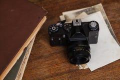Vieux rétro appareil-photo avec la photo sur les panneaux en bois grunges de vintage Images libres de droits