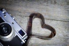 Vieux rétro appareil-photo avec le concept de photographie d'amour de coeur Photos libres de droits