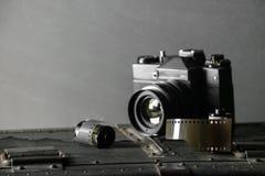 Vieux rétro appareil-photo et 35 millimètres Photos libres de droits