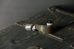 Vieux rétro appareil-photo et 35 millimètres Photographie stock libre de droits