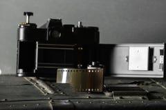 Vieux rétro appareil-photo et 35 millimètres Photographie stock