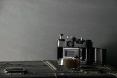 Vieux rétro appareil-photo et 35 millimètres Image libre de droits