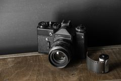Vieux rétro appareil-photo et 35 millimètres Images stock