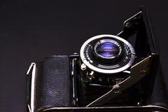 Vieux rétro appareil-photo sur le vintage Images stock
