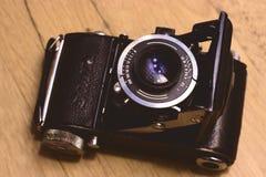 Vieux rétro appareil-photo sur le vintage Image libre de droits