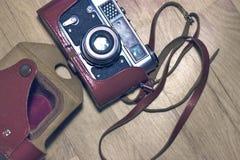 Vieux rétro appareil-photo sur le vintage Photographie stock libre de droits