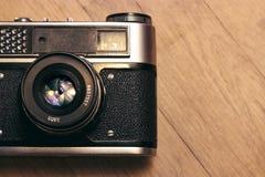 Vieux rétro appareil-photo sur le vintage en bois Photos stock
