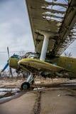 Vieux rétro avion cassé sur la vue de côté d'aérodrome Images stock