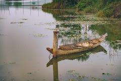 Vieux rétro bateau dans l'eau Images stock