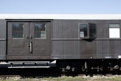 Vieux rétro chariot gris de vintage se tenant sur les rails sur le fond du ciel bleu photos stock